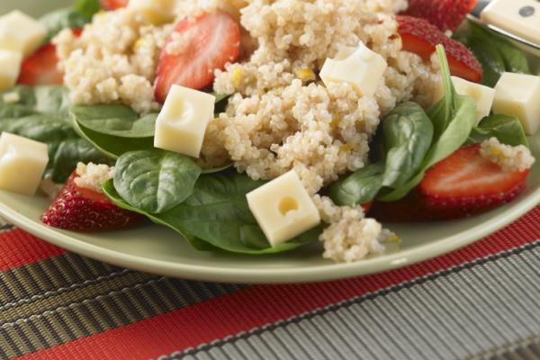 quinoa spinach and berry salad