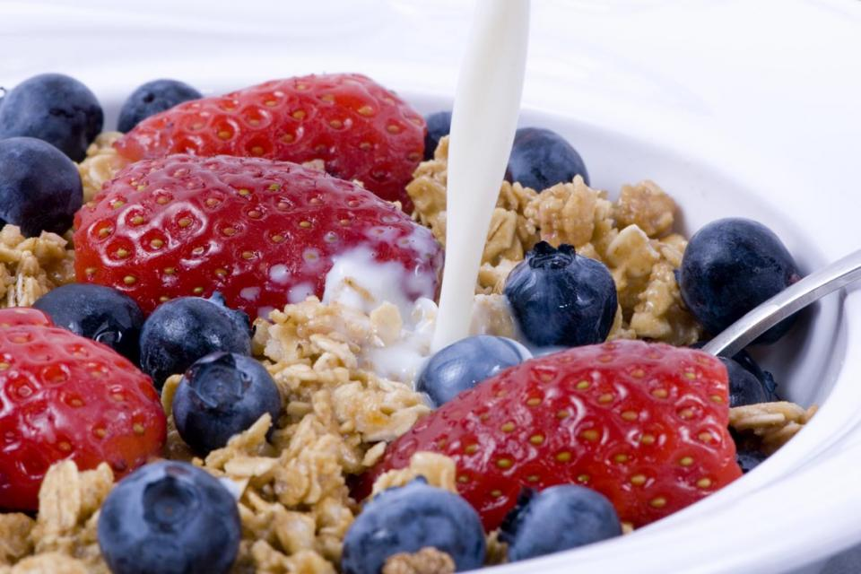 Whole grain cereals, berries and milk