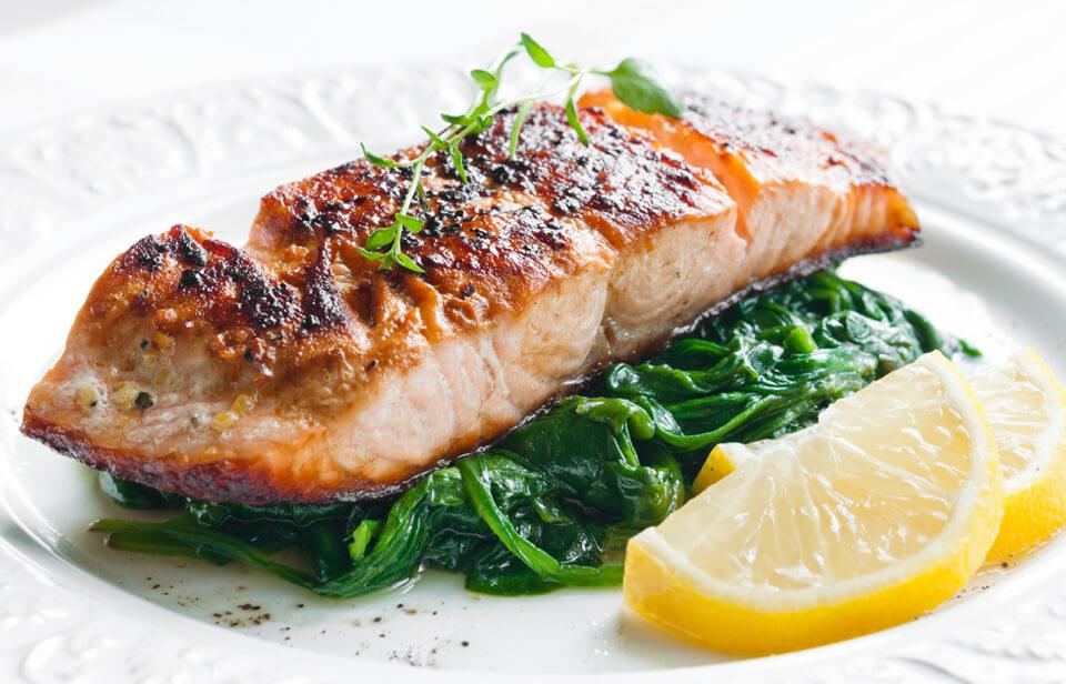 Salmon with spinach and lemon