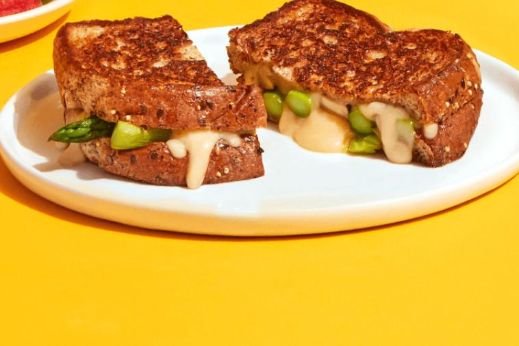 Grilled cheese with asparagus and mushrooms