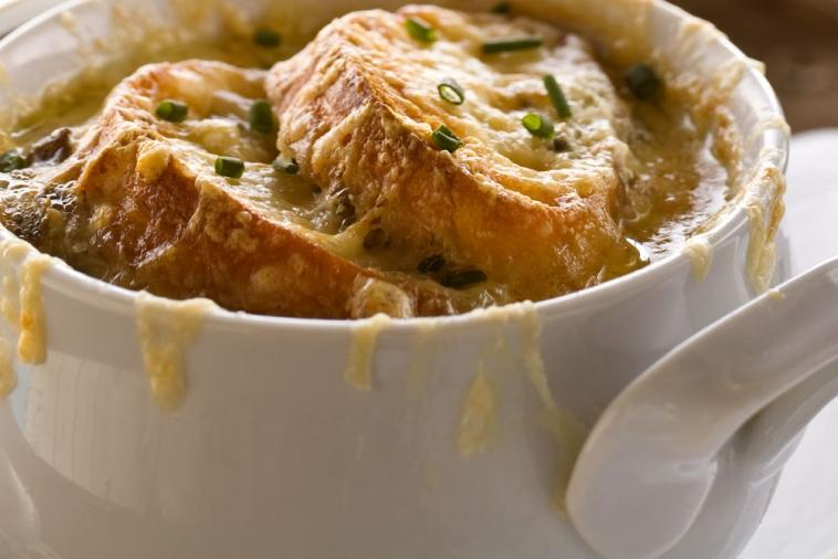 french onion soup with croutons au gratin